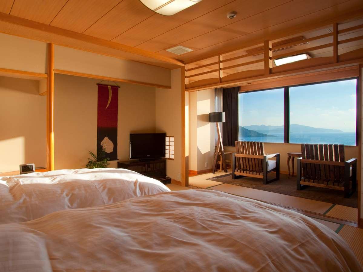 【最上階特別室「天海」】オーシャンビューの絶景と、寝心地抜群のシモンズ製のセミダブルベッドの客室。