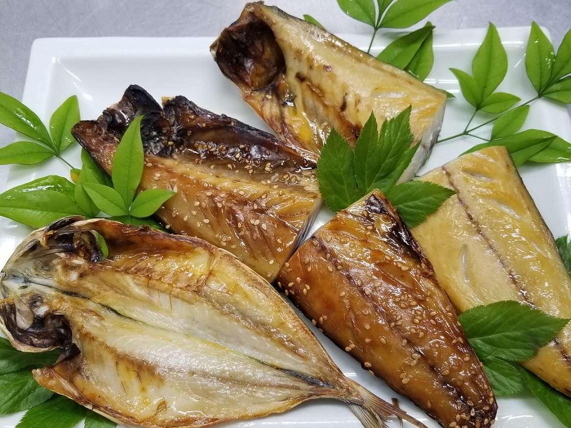 朝食には選べる地魚干物をご用意します。