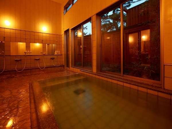湯畑源泉かけ流し! 窓の外には屋根無し露天風呂がございます。