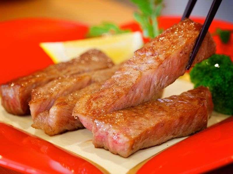 モダン料亭プラン オープンキッチンで伊予牛絹の味ステーキを