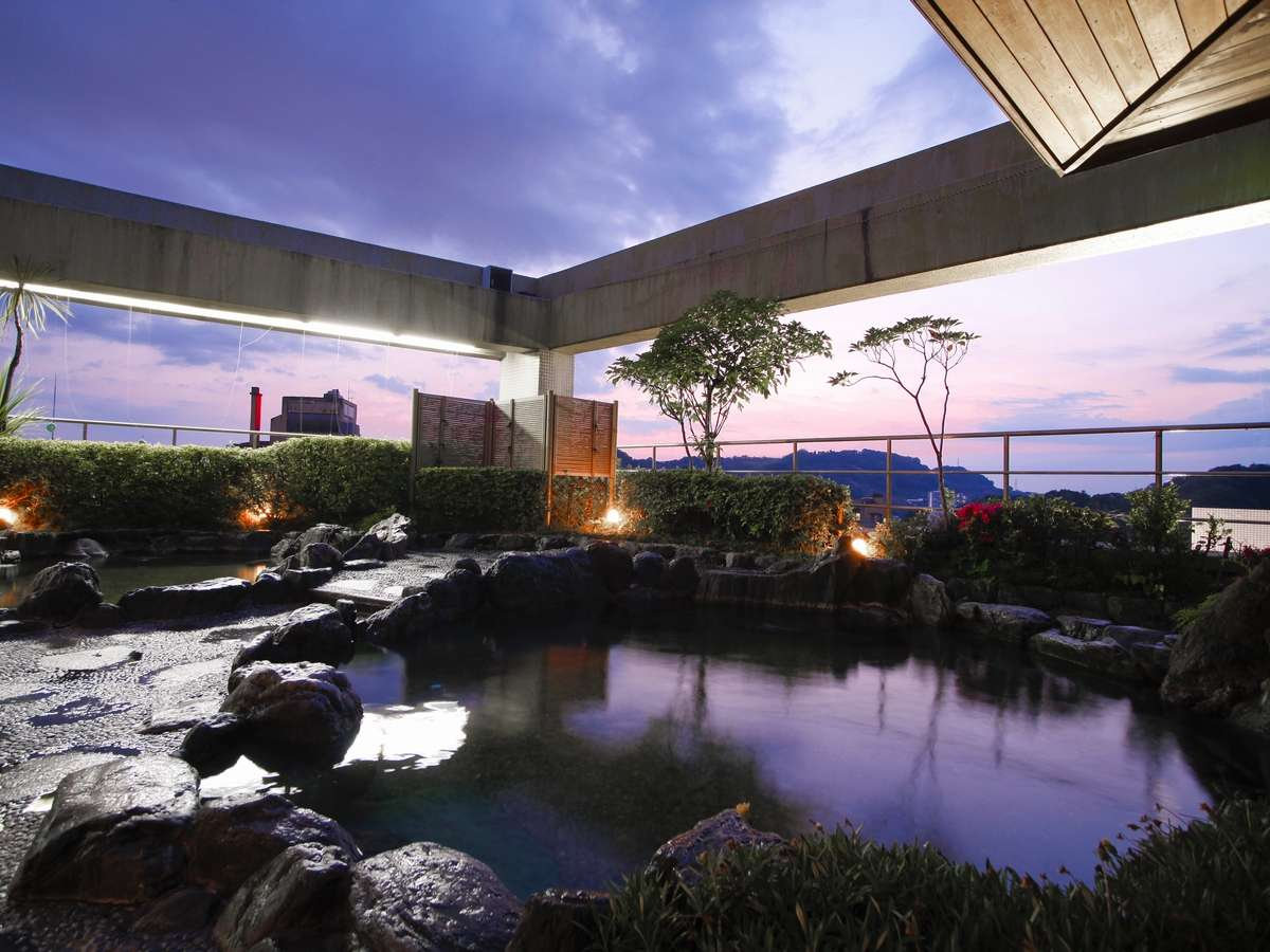 夜空を見上げて深呼吸!屋上の「天望露天風呂」は男女朝夕入れ替え制。画像は「花の湯」