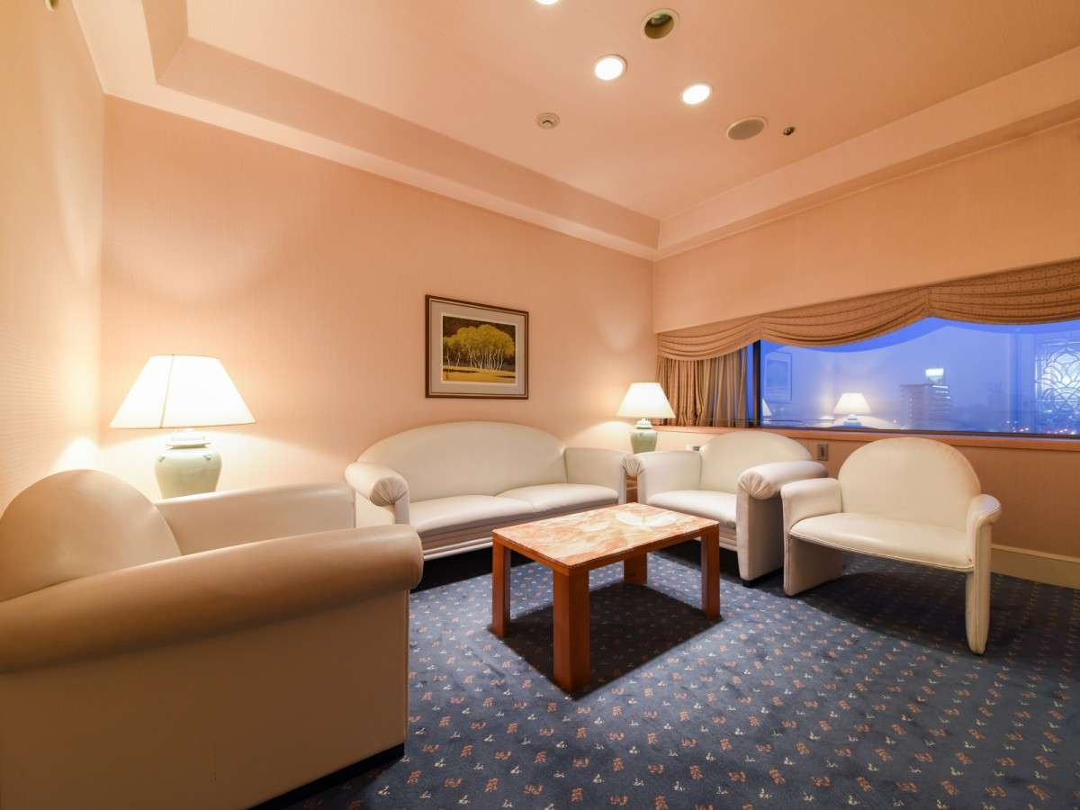 *ロイヤルスイート/リビング・ダイニング・ベッドルーム、広々とおくつろぎいただける64平米のお部屋。