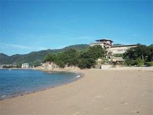 徒歩で約2分。田ノ浦海岸(海水浴場)を素足で歩いて、電磁波アース。