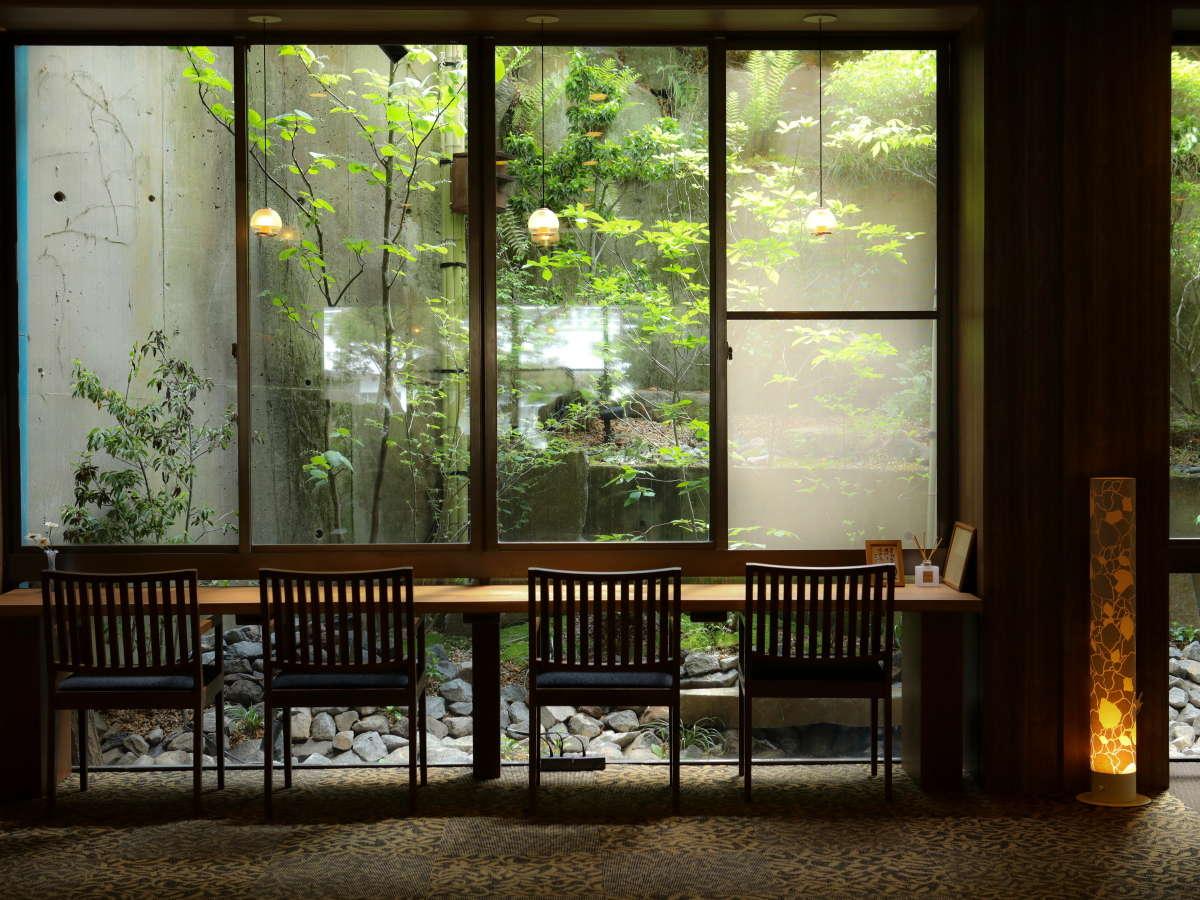 カウンター席から見える庭園。自然の光が差し込みます。