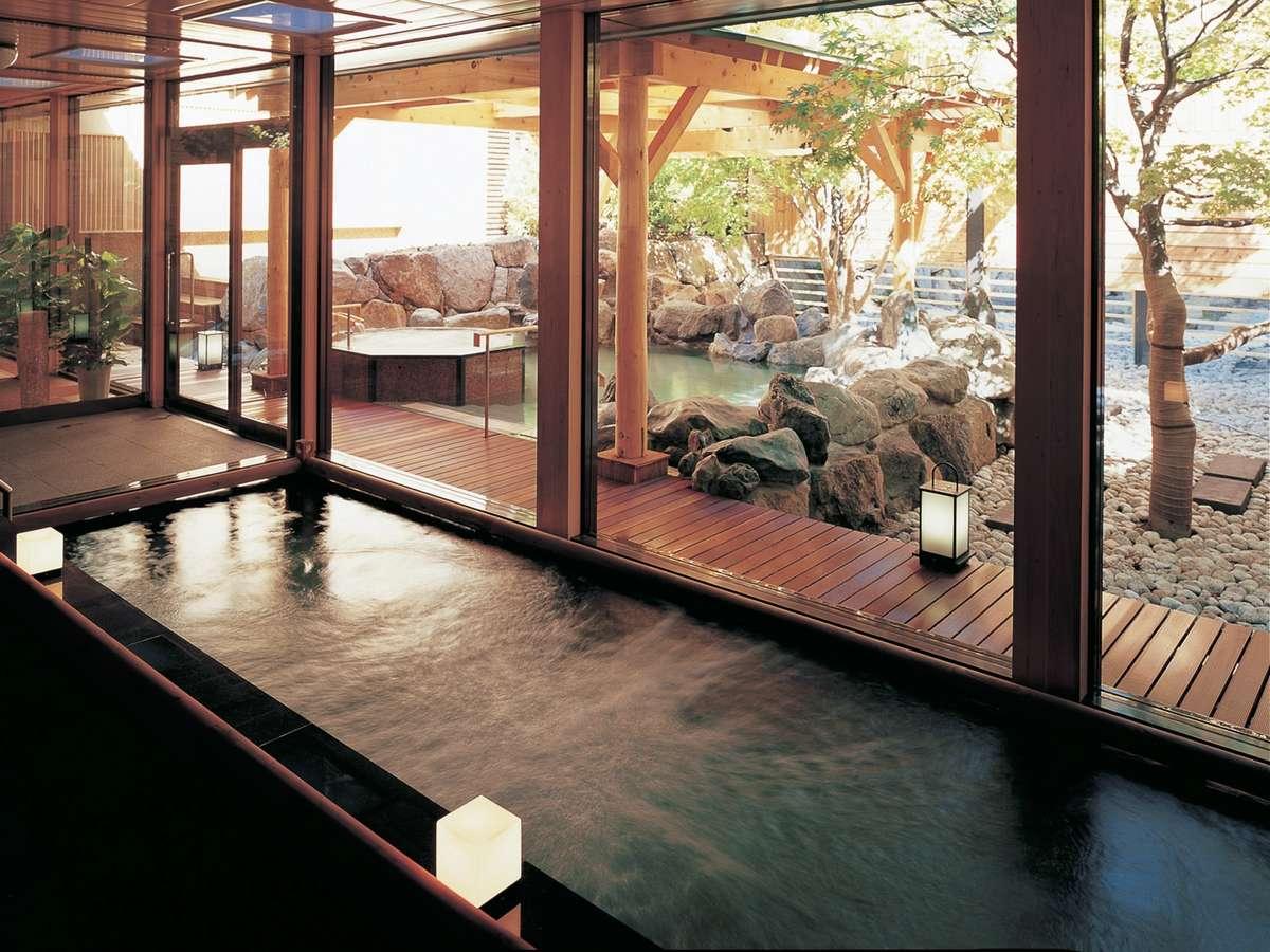 【2F もみじ湯/内湯】四季の移ろいを感じさせる、日本庭園の風景を眺めながらうっとり