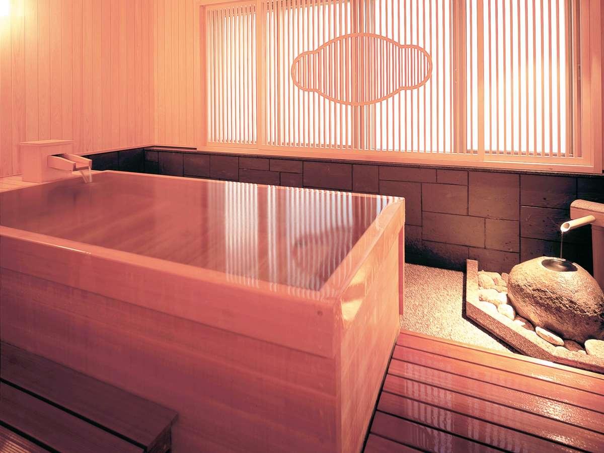 【2F 貸切り湯/□湯】香りも爽やかな桧のお風呂は、ご家族でも広々