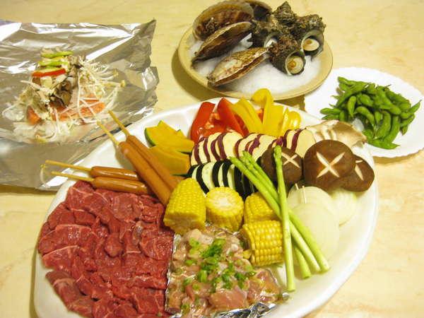 ホタテ・サザエ・お肉・鮭のホイル焼き・枝豆・サラダとボリューム満点