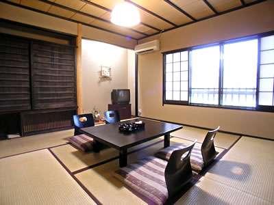 純和風の客室は、畳貼りでゆっくりと寛げます。
