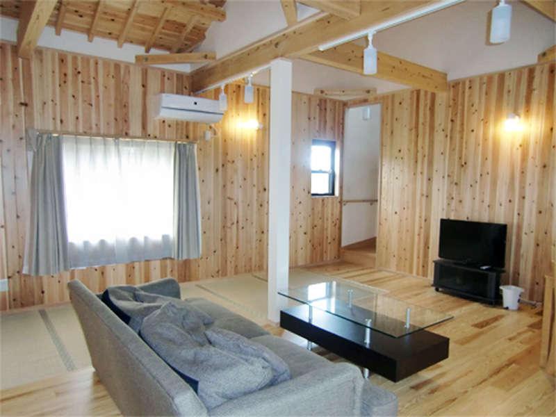 *貸別荘【103号棟楽】/10名様まで余裕の広さ。高い天井が解放感を演出するリビングルーム。