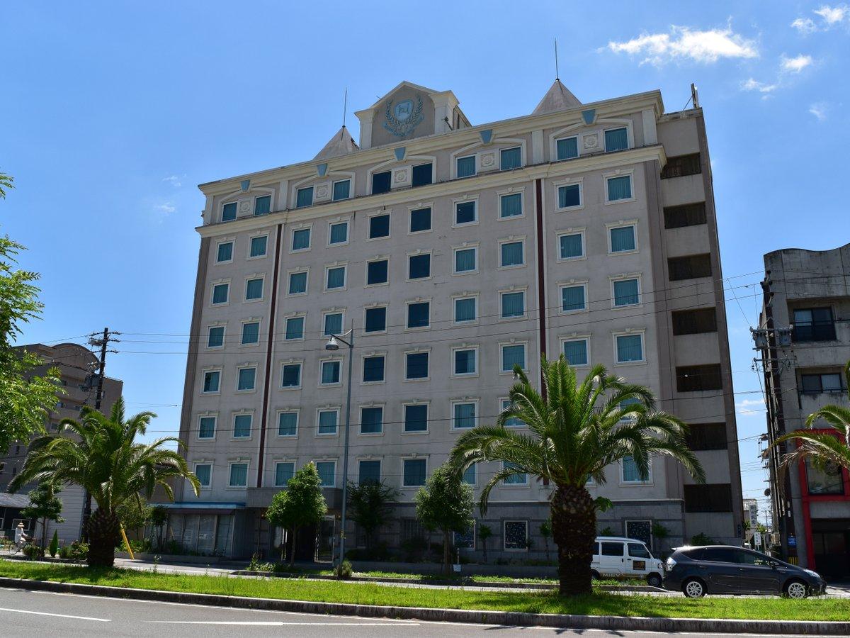 空の青さとマッチした外観 サオリーナや市役所へ一直線 24h営業スーパー隣接