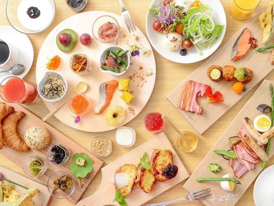 レストラン「ガーデニア」 窓側の席からは日本庭園が見渡せるレストランでバラエティー豊かな朝食を♪