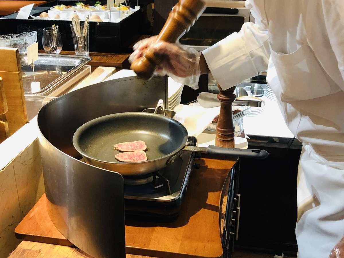 料理人がその場で焼き上げるステーキは意外とあっさりとお召し上がり頂けます!(イメージ)