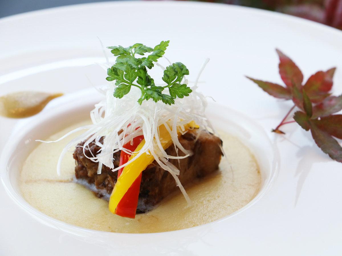 ■秋-創作懐石イメージ 長時間かけ煮込んだ豚角煮に、シークレットレシピのジャガイモムースを添えて。