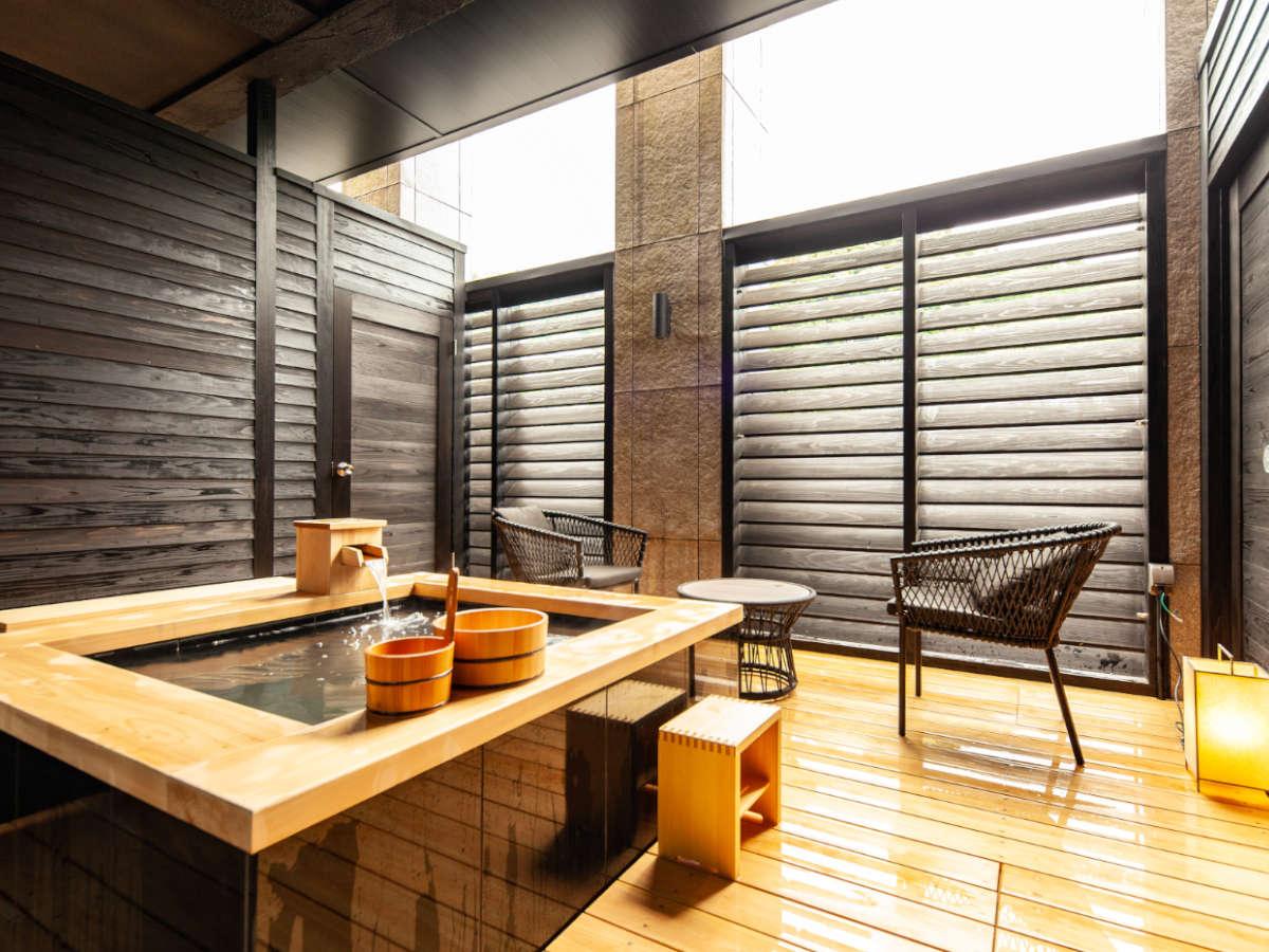 『SANAロフト』客室内露天風呂。デッキ付でゆったりと湯浴をお楽しみくださませ。