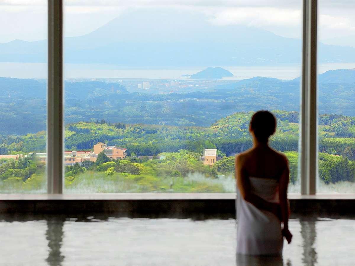 【展望風呂】快晴時は、遠く錦江湾と桜島を含む霧島の自然美を楽しみながらの湯浴みを堪能できます。