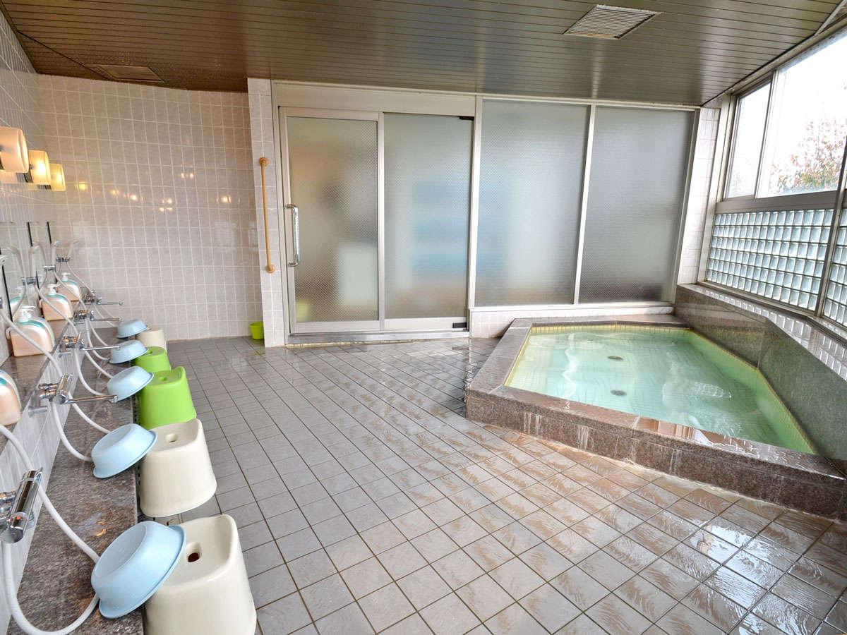*【大浴場】客室フロア端に男女別に設置。広めの浴槽でゆっくり寛いでください。