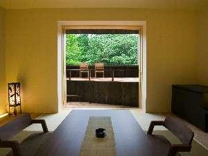 リビング客室からテラスと、その周りの緑を一望します