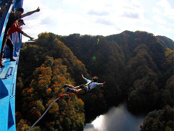 竜神大吊橋で開催されているバンジージャンプ。当館から車で70分