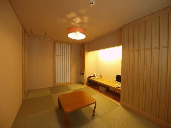 琉球畳、建具は無垢の青森ヒバ、照明はブナコで和の安らぎを演出。机と照明はたっぷり仕事サクサクです。