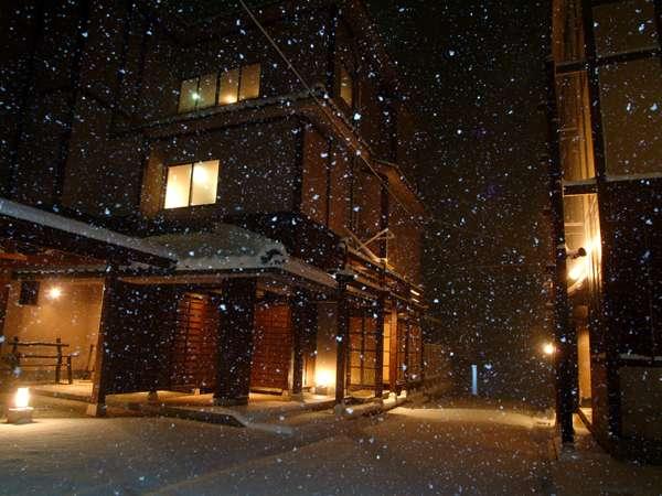 ちらほら舞散る雪に心馳せる一望館 [冬]