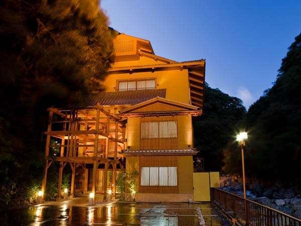 摂津峡に佇む孤高の温泉旅館。