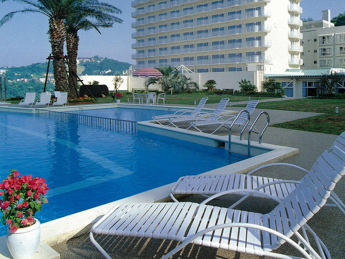 【ガーデンプール】暑い夏にはプールがよく似合う☆広いプールサイドも自慢です!
