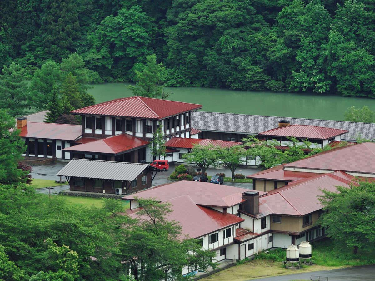 【ホテル外観】夏の深緑/阿賀野川沿いに佇む一軒宿