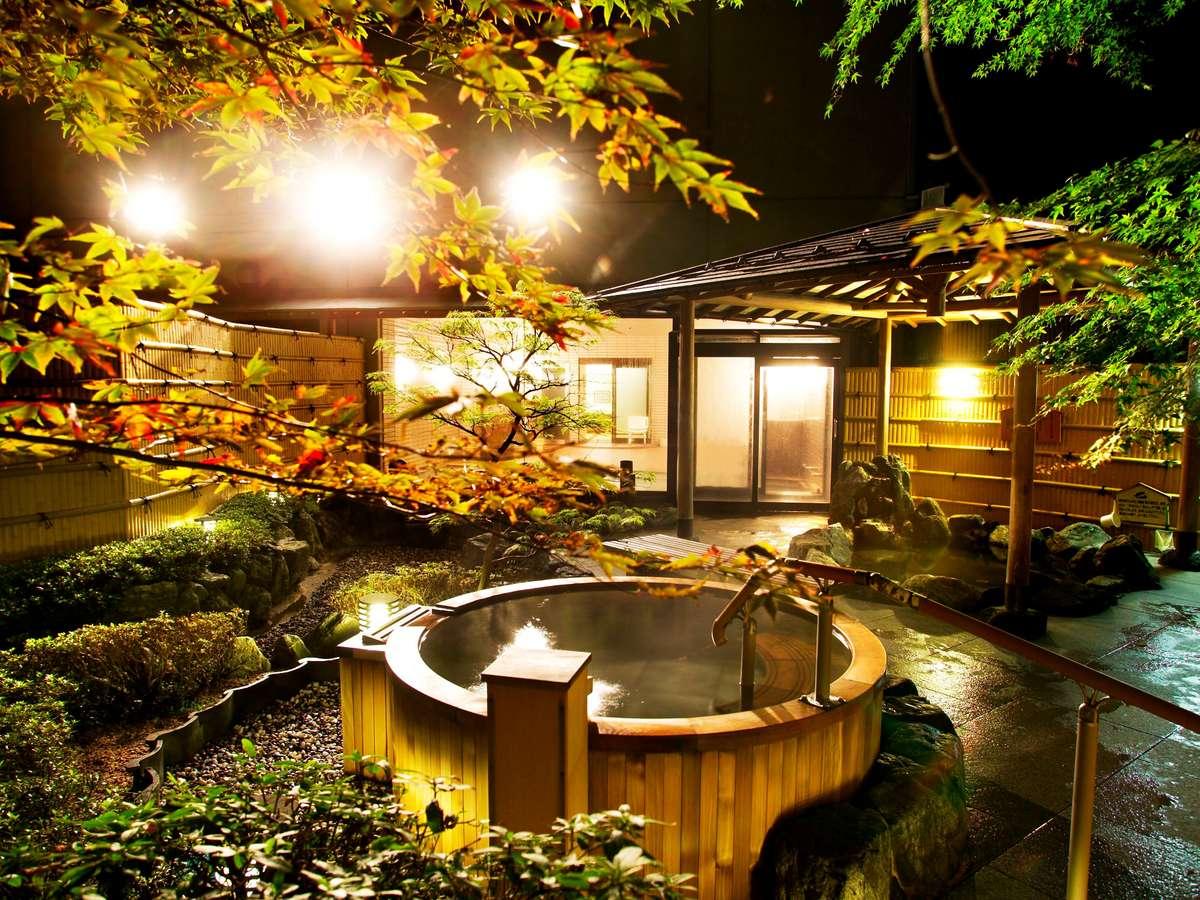 【大浴場・露天風呂】ライトアップされて幻想的な庭園露天風呂。