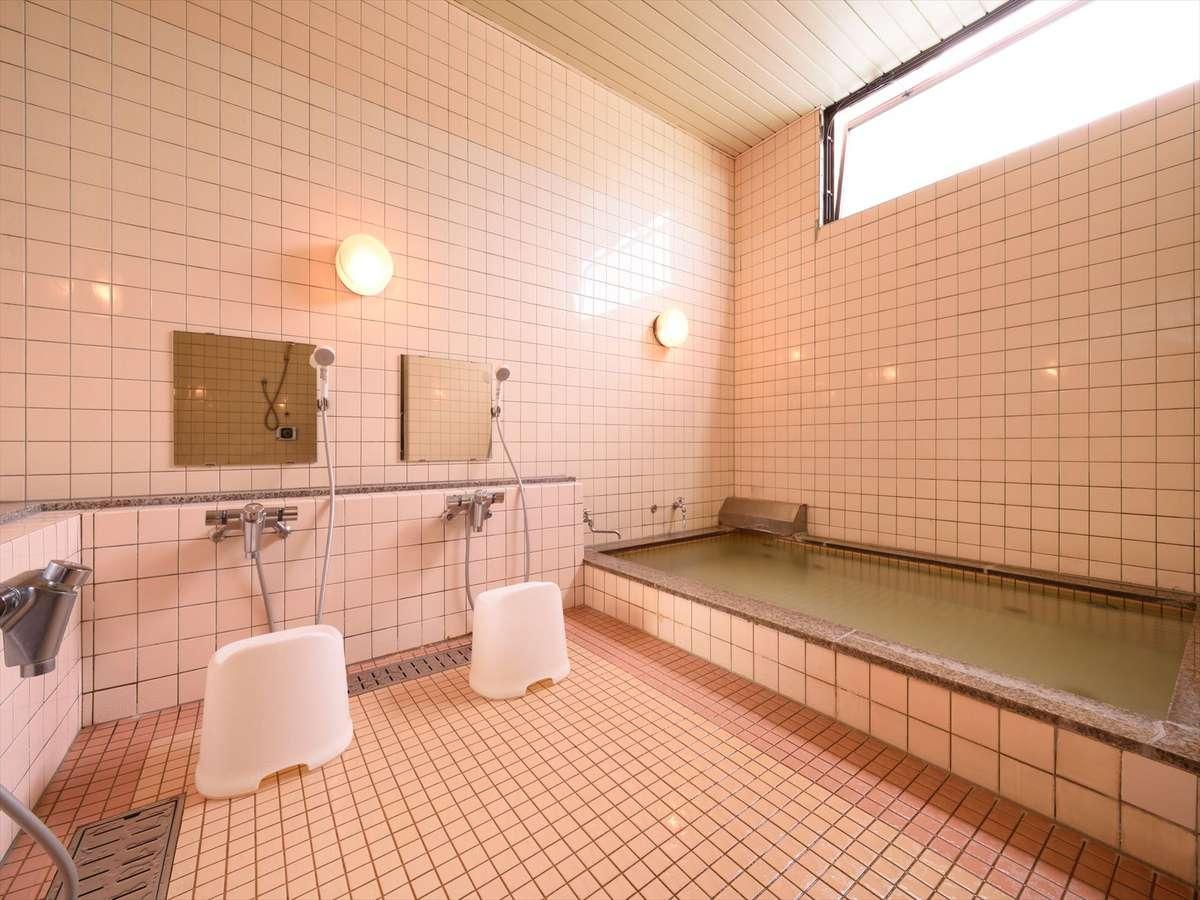 貸し切り風呂。3~4名様まで一緒に入れます。中から鍵を掛けて、ごゆっくりとお寛ぎください。