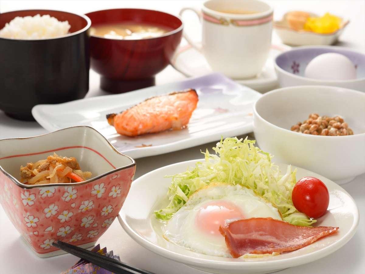 朝食の一例。納豆・生卵は冷蔵庫からご自由にお持ちください。挽きたてのコーヒーも飲み放題です。