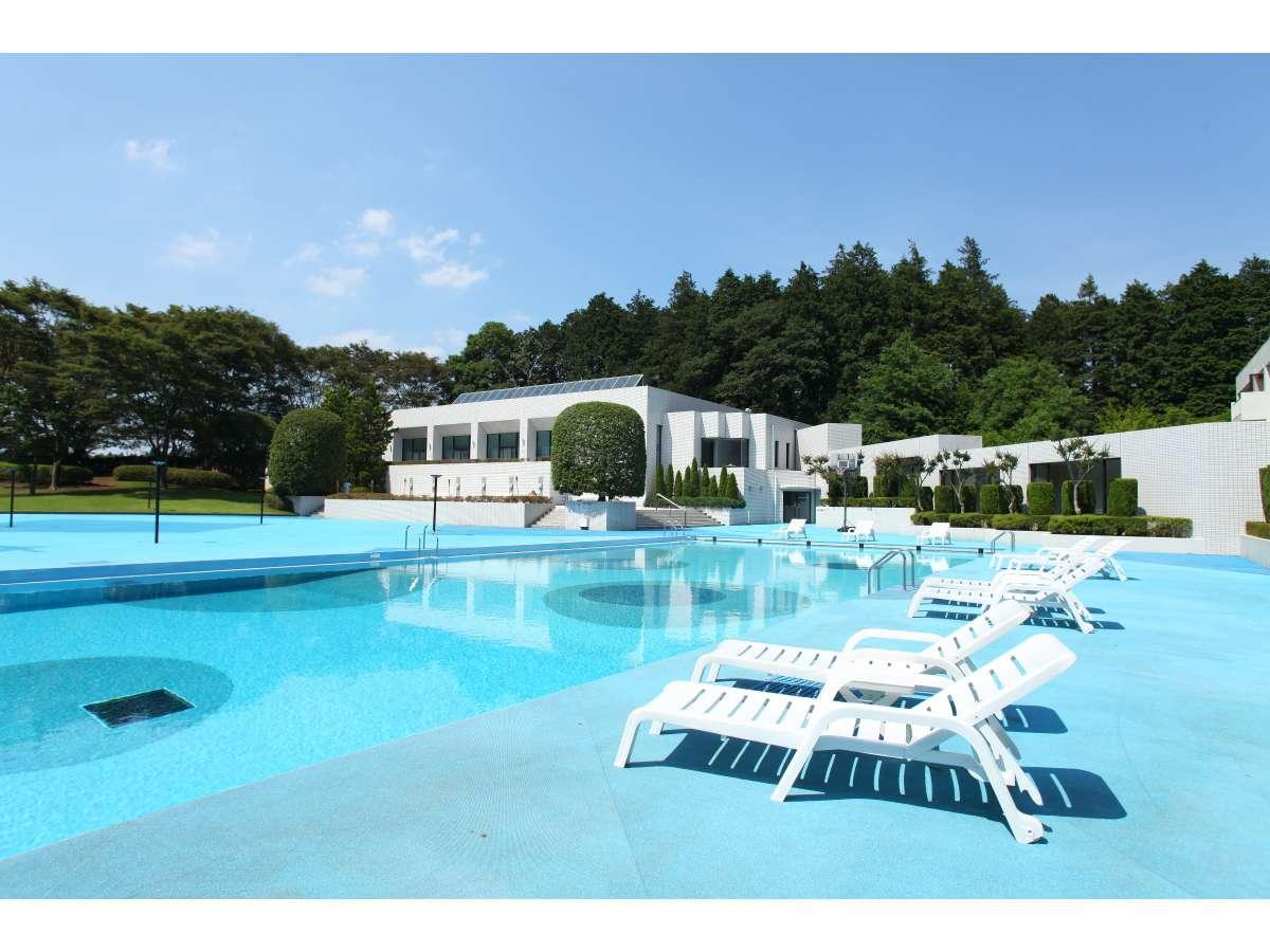 7月、8月は屋外プールもオープン。