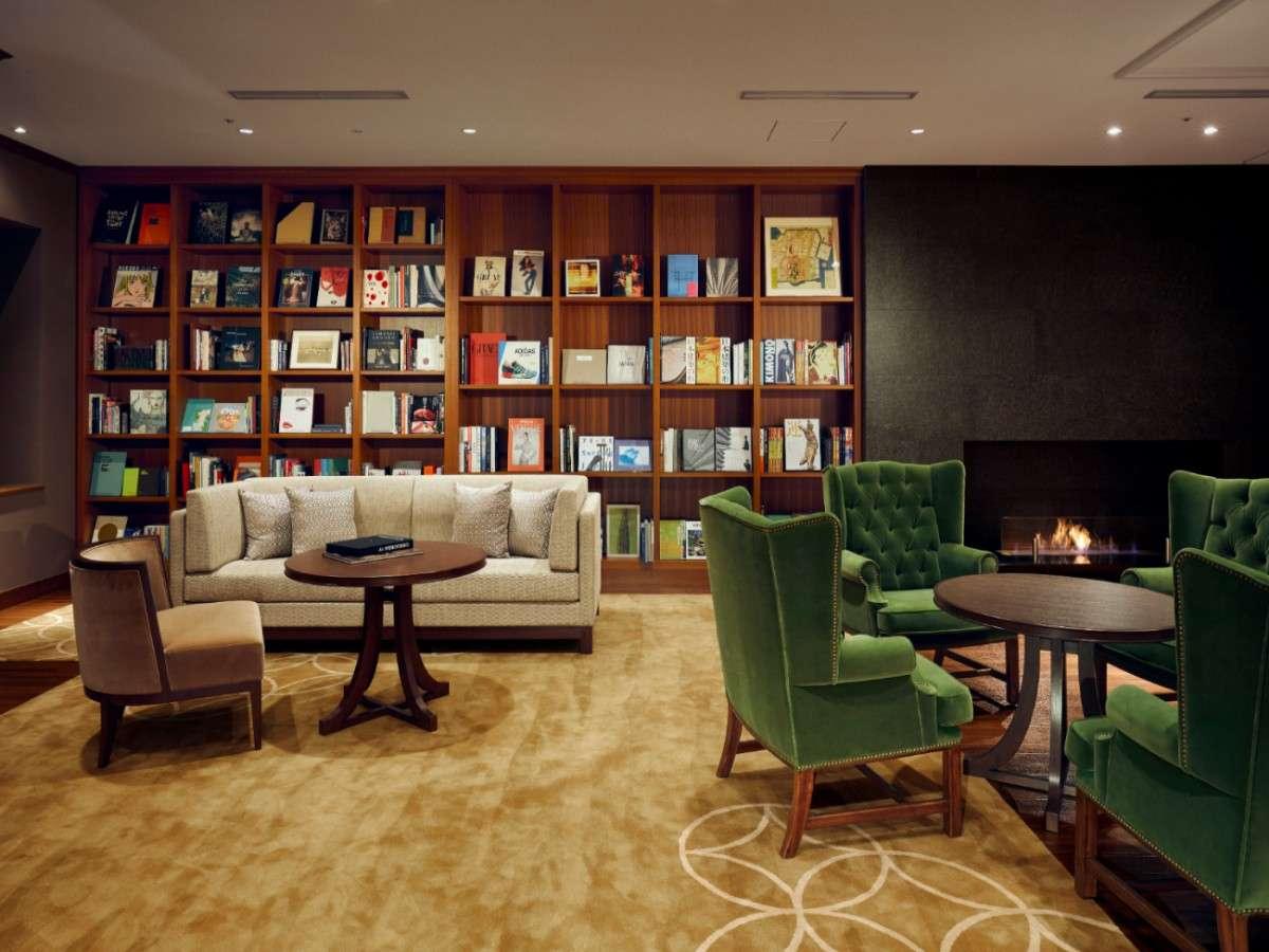 宿泊者専用ラウンジでは無料のセルフドリンクと「銀座 蔦屋書店」監修の本が楽しめます