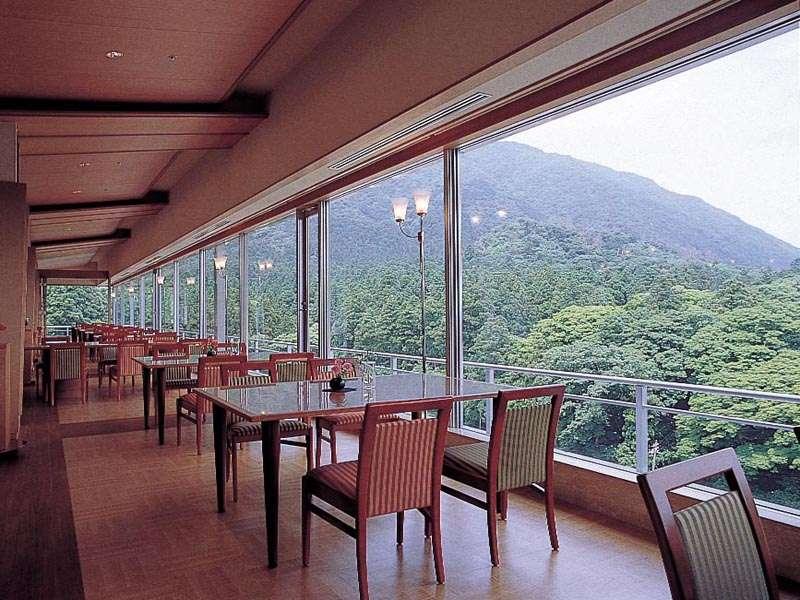展望レストラン「オープンテラス四季」。弥彦の森を望みながらご朝食をお楽しみ下さいませ。