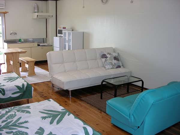 リビングのソファーはベッドになります。グループ・ファミリーにもお勧め。