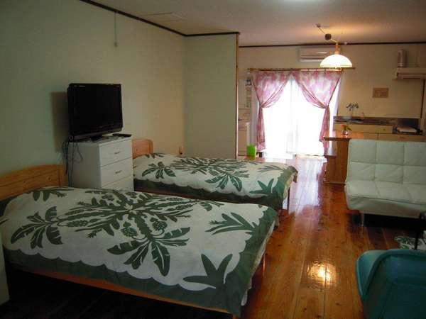 広々ワンルームの洋室24畳。キッチン・冷蔵庫・電子レンジ・IHヒータ・食器類完備。