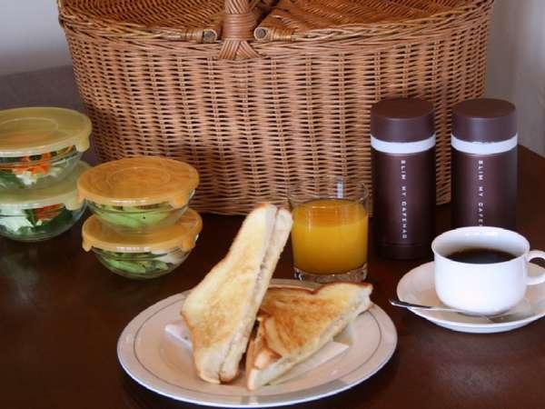 朝食はツナメルト、チキンとアボガドソースのサンドイッチとサラダ、果物などが入っています♪