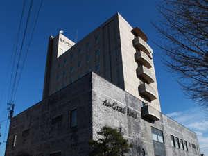 千曲川沿いで、浅間山も望めます/4階~7階が客室です