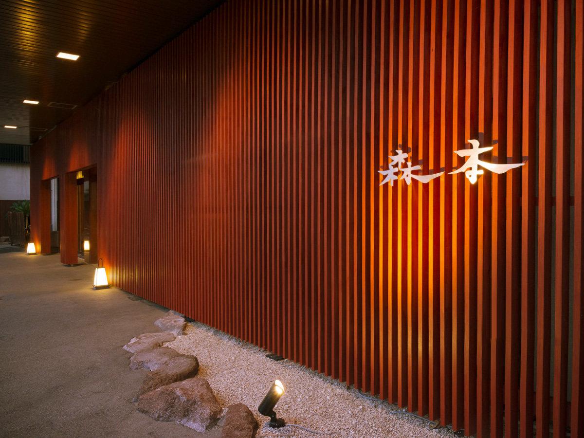 玄関入口は弁柄格子の和モダンにリニューアルいたしました