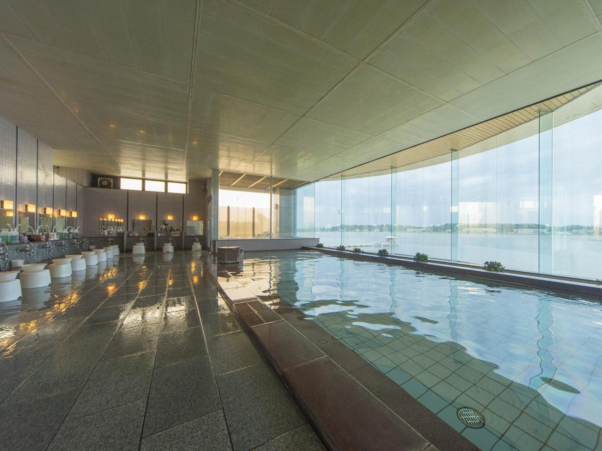 女性用大浴場も湖畔の景色が目の前で開放感いっぱいに広がります。