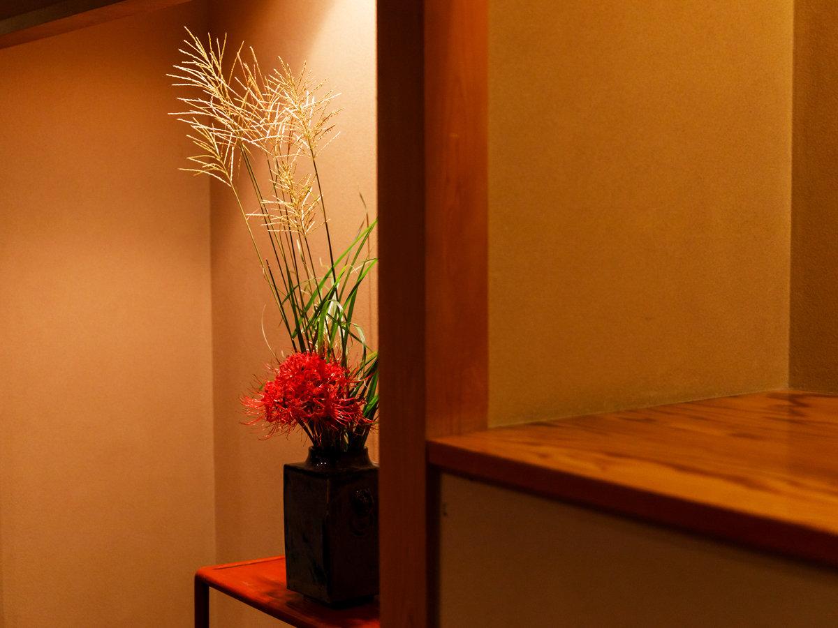 館内は至る所で、秋の生花でお客様をお迎えしております