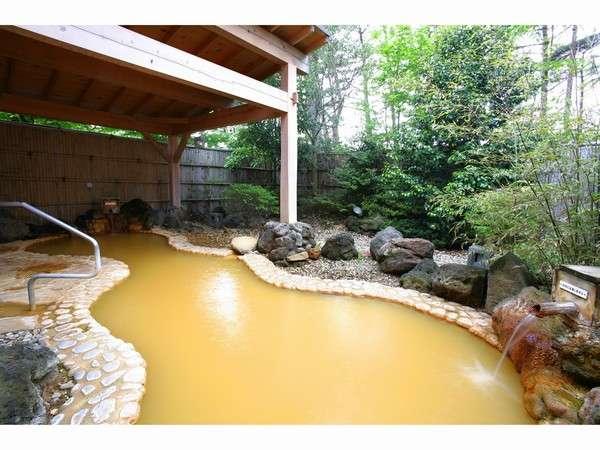 美肌効果のあるかけ流しの天然温泉露天風呂。泉質は鉄分を含む茶褐色のにごり湯。
