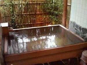 つるつる素肌と言われる準天然光明石温泉。川のせせらぎを聞きながらゆっくりお楽しみ下さい。