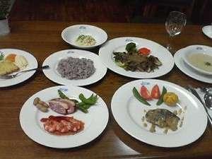 魚・肉両方が楽しめる夕食(一例)