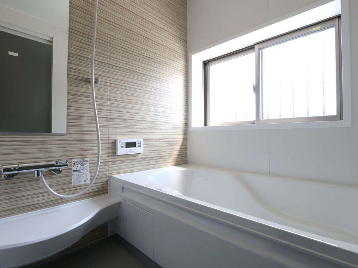 広い浴槽で足を伸ばしてゆっくりとおくつろぎください。