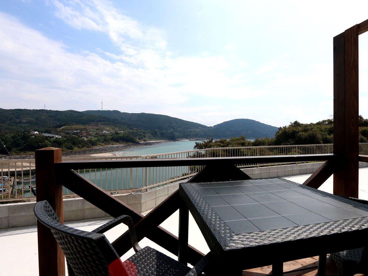窓からはオーシャンビューの開放的な景色をお楽しみいただけます。海×朝日の眺めは心が癒される絶景です。
