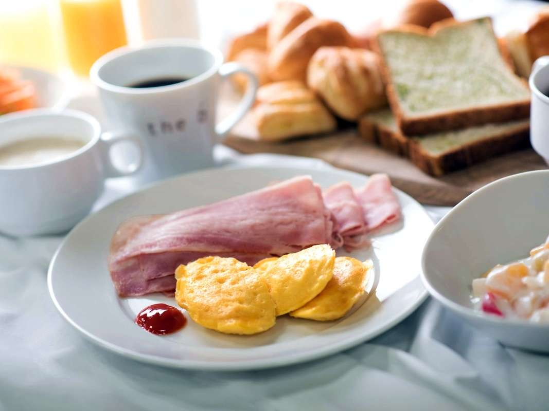 """<朝食>""""朝はパン派""""のお客さまにぴったりの洋食プレートをご用意しています。"""