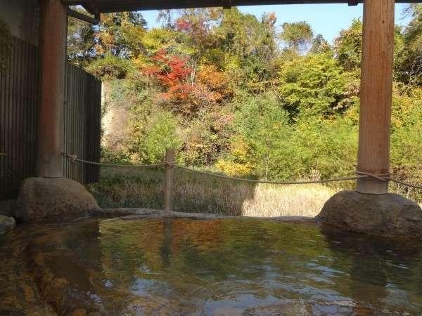 【鉛温泉浴場】「桂の湯」(女湯)紅葉 源泉掛け流し、天然温泉100%の内湯併設の露天風呂