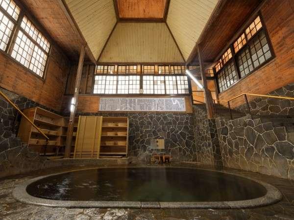 【鉛温泉浴場】日本一深い自噴天然岩風呂「白猿の湯」(混浴/時間帯により女性専用)湯底から源泉が自噴。