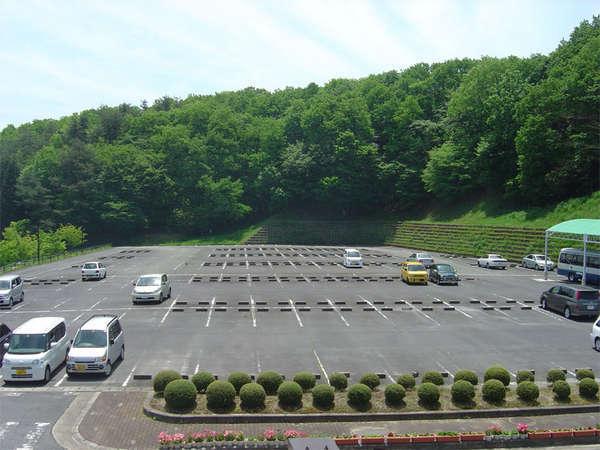 100台が駐車できる広々とした駐車場です