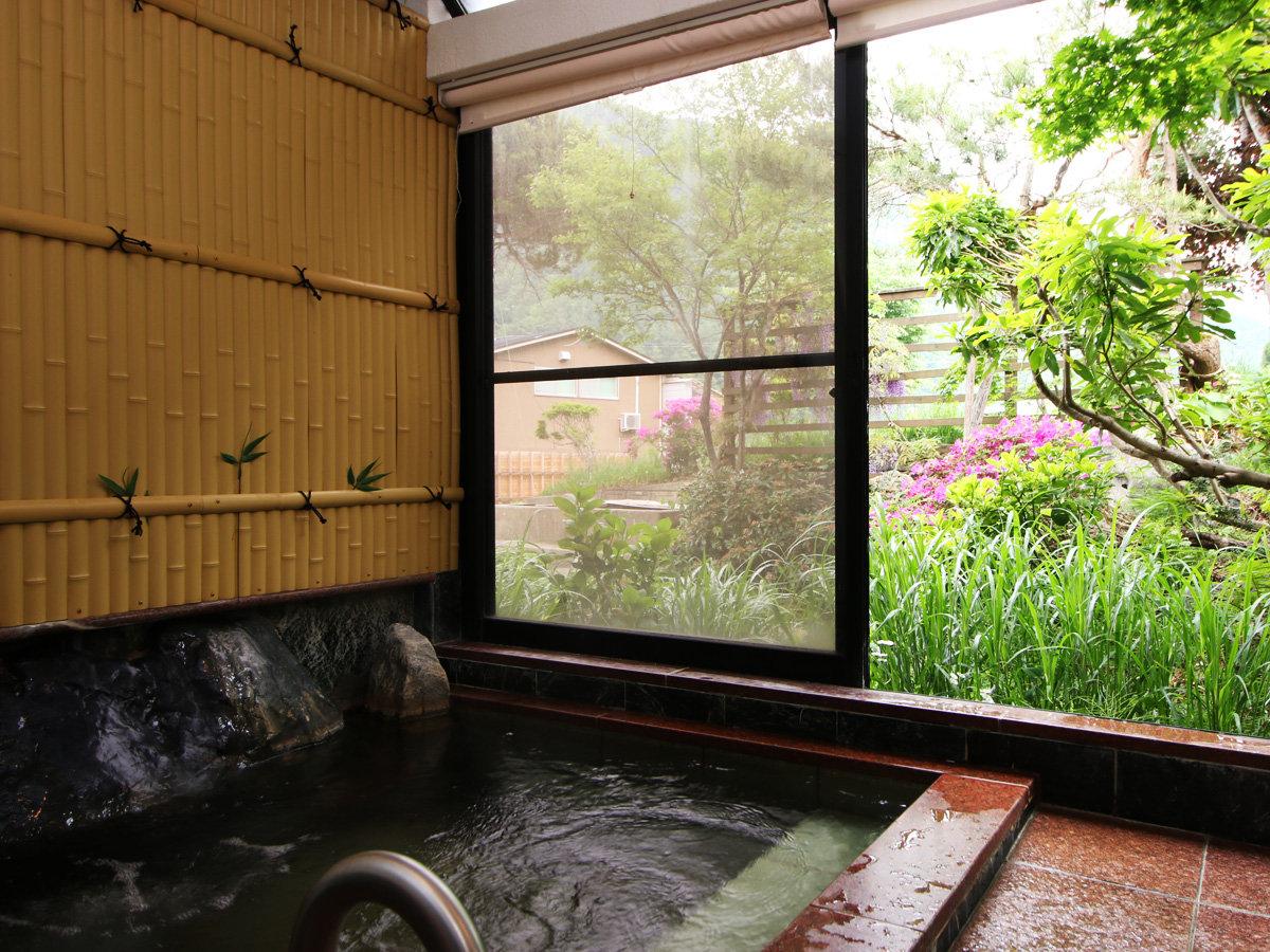 《女湯》少し小さめですがゆっくりと庭を見ながら温泉浴でリラックス
